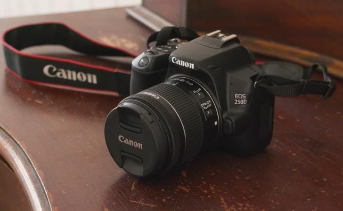 Зеркальный фотоаппарат для новичков Canon EOS 250D: ЭФФЕКТИВНОЕ РАЗРЕШЕНИЕ: 24.1 Мп. Матрица: APS-C CMOS ВИДОИСКАТЕЛЬ: оптический. ЭКРАН: LCD 3 дюйма. Разъемы: HDMI Mini, микрофон (minijack), USB Hi-Speed с PAL / NTSC, Wi-Fi, Bluetooth. Карты памяти: SD, SDHC, SDXC. Размеры: 124.4 х 92.6 х 69.8 мм. Вес: 449 г.