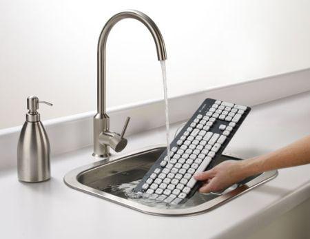 Да, клавиатуру Logitech k310 можно мыть в кухонной раковине.