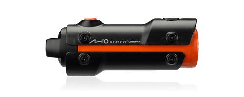 MiVue M300 – это Full HD 1080p с четкой детализацией и углом обзора 120 градусов. Вес всего 95 г. Имеет класс водонепроницаемости IPX 8. Дизайн неординарный и современный. Данный видеорегистратор выделится из толпы и пригодится не только на автомобиле, но и на любом другом транспорте, даже на водном. Аккумулятор выдерживает 2 ч автономной работы.