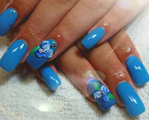 Акриловый маникюр с голубыми 3D цветами.