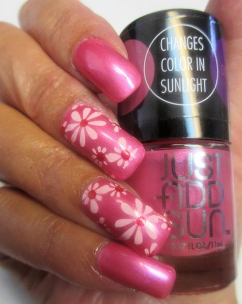 Пастельно-розовые цветы на ногтях в смешанной технике.