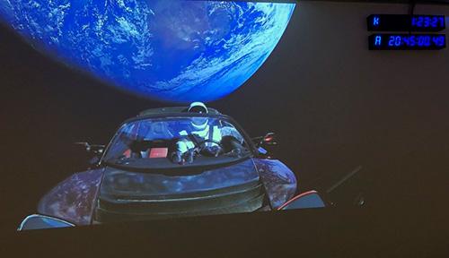 Tesla Roadster в космосе.